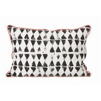 Ferm Living pude Worn Triangle - 40 x 60 cm